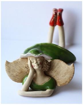 Anioł leżący w zielonym kapeluszu