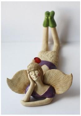 Anioł leżący fioletowy z kwiatkiem we włosach