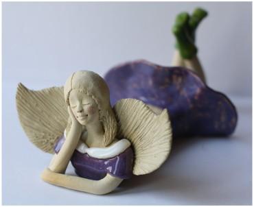 Anioł leżący lawendowy