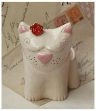 Kot z różą przy uchu