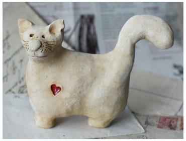 Kot lepiuch z czerwonym sercem