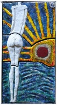 Kobieta spoglądająca na wschód słońca