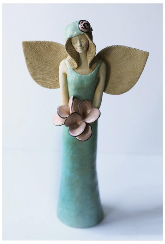 Anioł seledynowy z różami