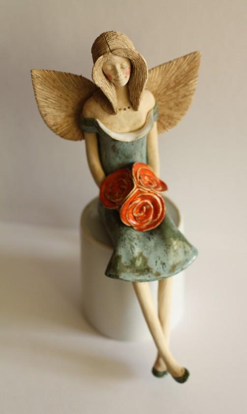 Anioł z bukiecikiem róż herbacianych