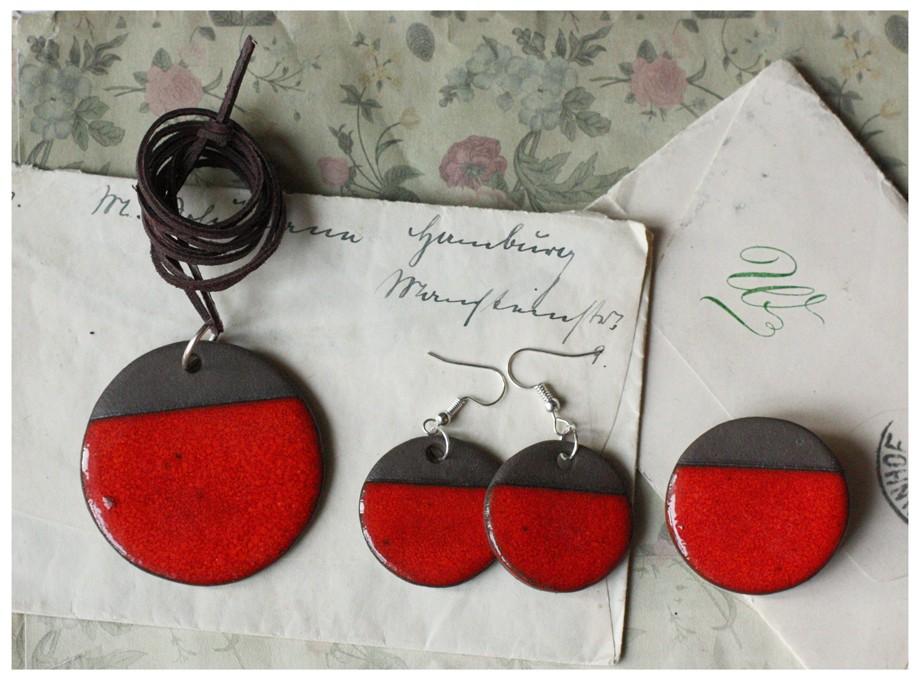 Komplet biżuterii z czarnej gliny w czerwonej tonacji