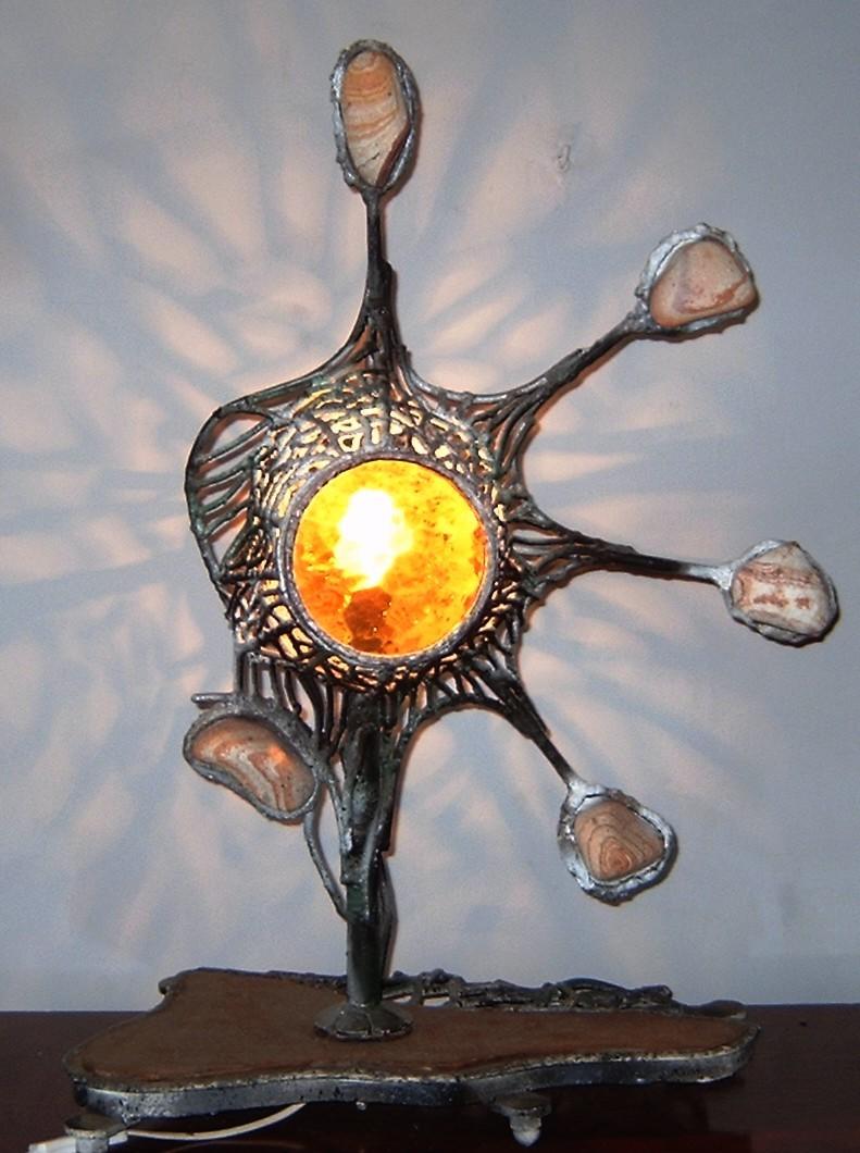Lampa  stojąca  z kamieniami ozdobnymi
